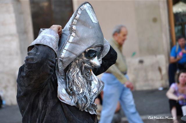 statue de rue vivante à Rome masque