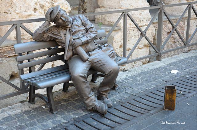 statue vivante dans la rue à Rome sur le banc